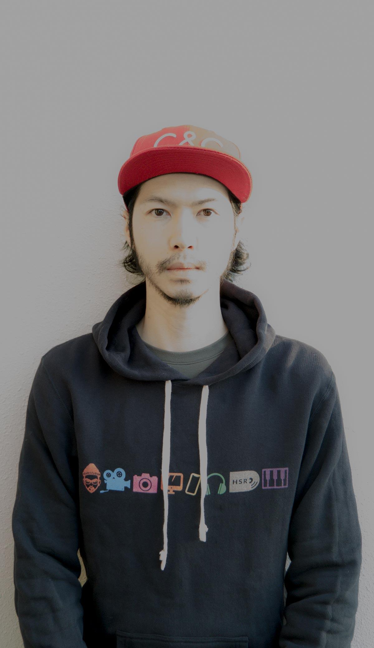 福岡のマルチクリエイター・デザイナーのヒガシユウキ自画像